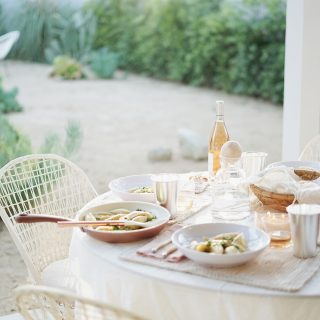 how to host an effortless spring outdoor dinner party